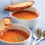 Pikant tomatsuppe med pasta og brød